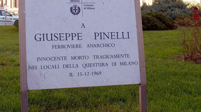 La lapide commemorativa apposta dal Comune di Milano.