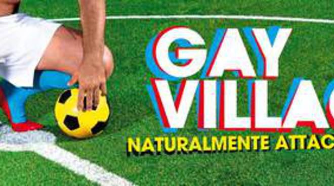 CAMPAGNA GAY VILLAGE 2012: CALCIATORE CON SCARPE COL TACCO