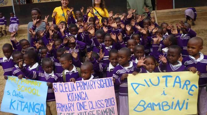 aiutare i bambini_volontarie_Uganda_2013