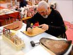 Sergio Falco, artigiano e insegnante dell'Accademia Italiana del Cuoio, alle prese con una targa in pelle, destinata al vincitore del concorso per customizzatori