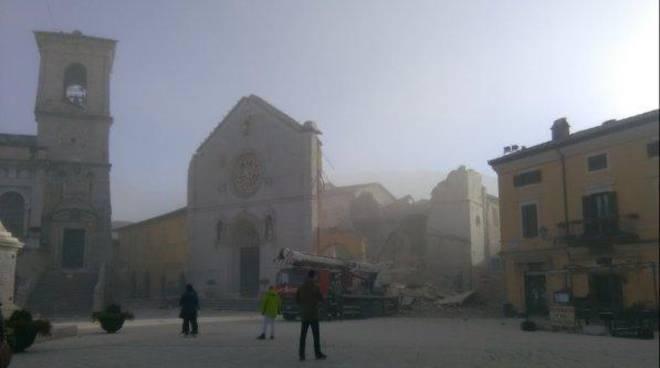 La basilica di Norcia crollata per il terremoto.
