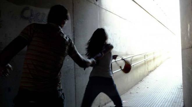 Tor di Quinto, prende a calci una donna per rubarle la borsa