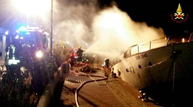 yacht in fiamme a savona