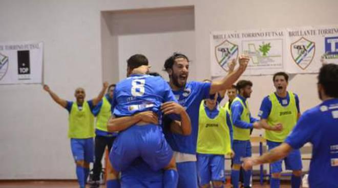 viglietta (n.8) festeggiato dopo gol del 2-1