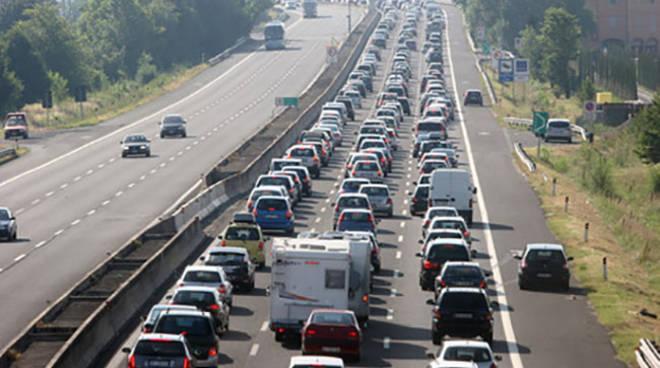 Incidente sulla Roma-Napoli: autoarticolato si ribalta e perde carico, code chilometriche