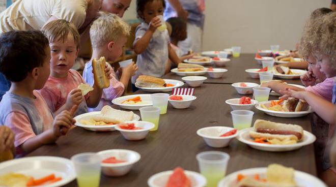 bambini-mangiano-a-tavola