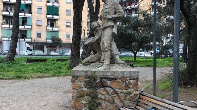 Svastica su statua