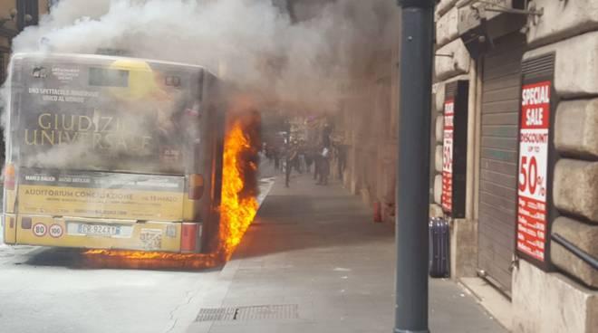 Autobus a fuoco