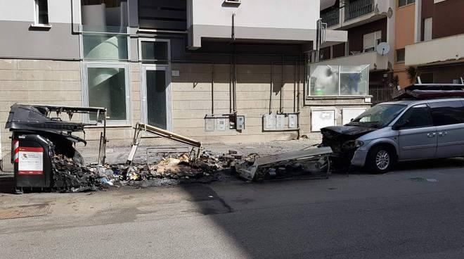 Cassonetti e auto danneggiati