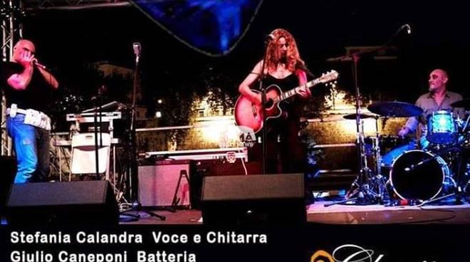 Stefania Calandra in Blu 2 feat. Tarcus Howlin\' Wind in concerto al Charity Café