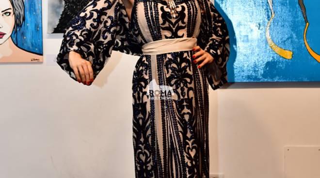 Antonella Salvucci interpreta l'universale eleganza della collezione di Fabiana Gabellini