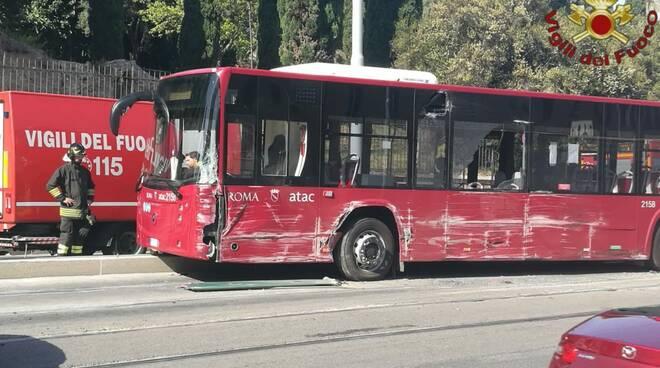 scontro autobus tram
