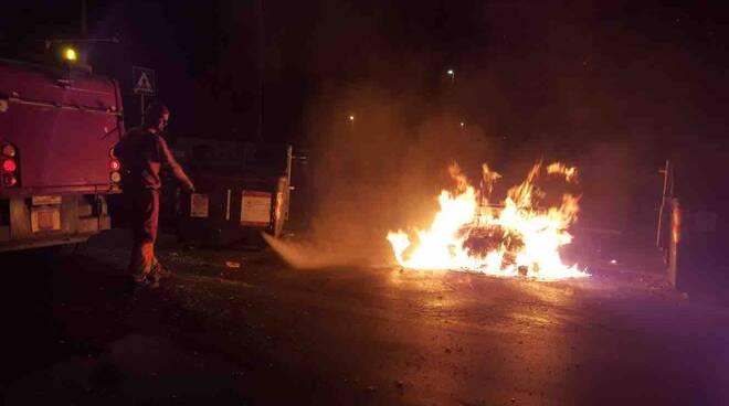 AMA - Cassonetto in fiamme