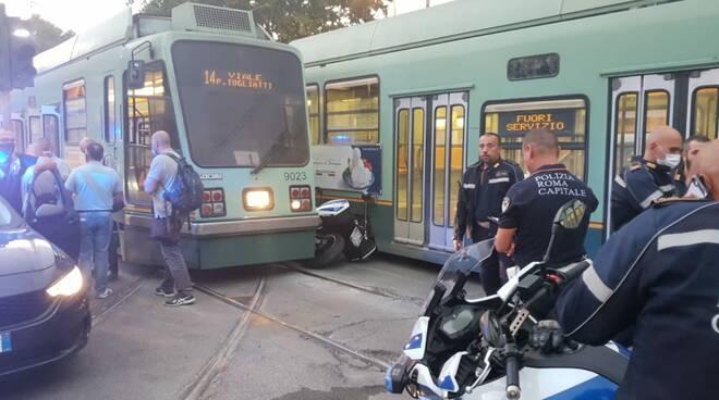 incidente tram moto polizia locale