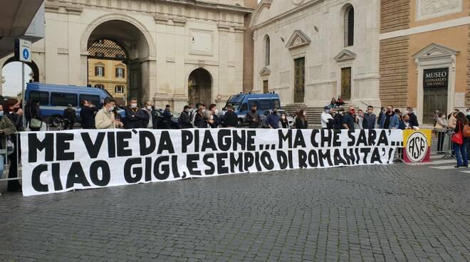 saluto tifosi roma a gigi proietti