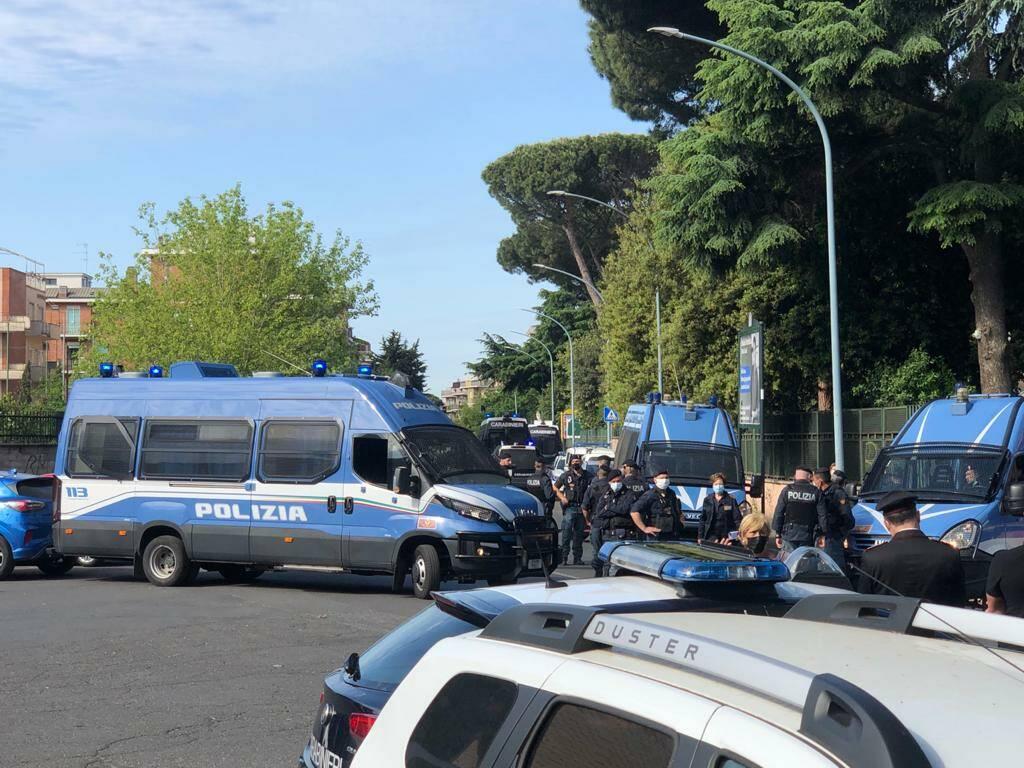 Via di Torrevecchia, la lite al bar scoperchia un giro di armi clandestine: sequestrate 2 pistole e 17 proiettili